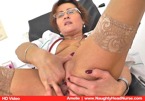 Amelie ruht in Gyno Stuhl