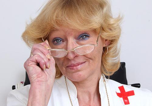 Anna das blonde Dame trägt ihre gutaussehende Krankenschwester Uniform