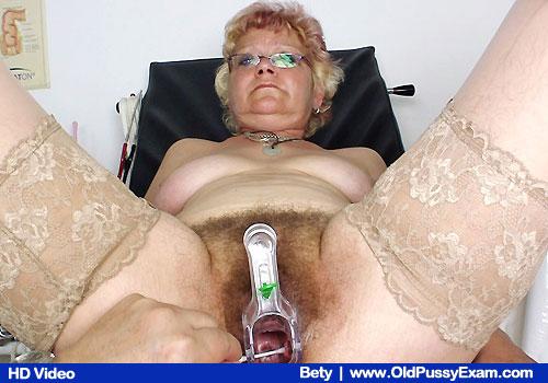 Betty am Gyno-Prüfung