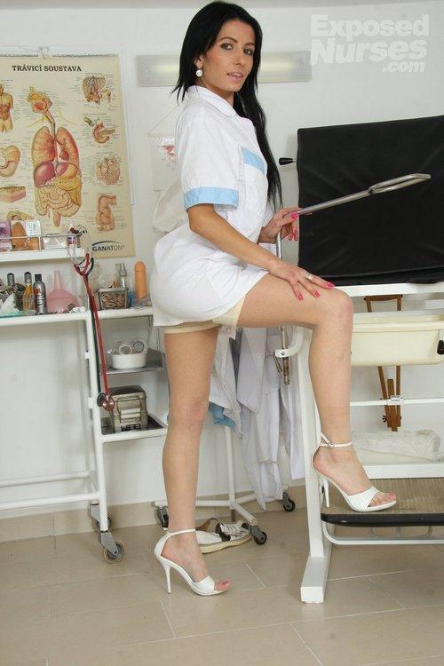 Heisse Krankenschwester-Schlampe zieht sich aus und fickt sich mit Kunstoff-Schwanz