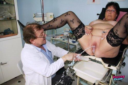 Korpulente reife Lady zeigt ihre riesige Titten