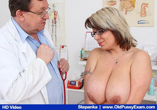 Lady mit riesigen Titten bekommt ihr Körper vom Doktor untersucht