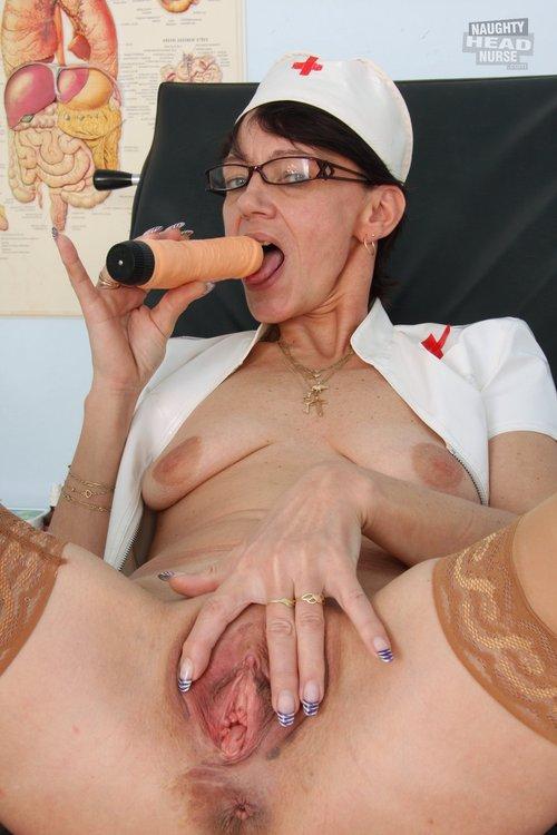 Mature Nurse Kaja knöpft ihre Uniform und  onaniert Kunstoff-Penis