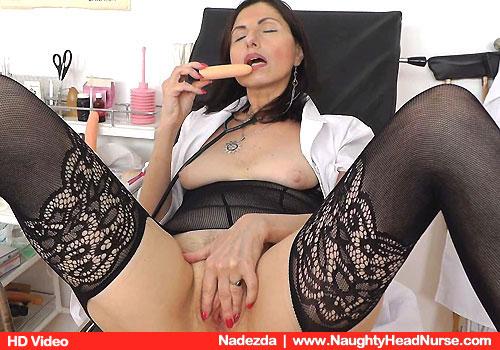 Nadezda Selbstbefriedigt, während sie trägt eine Krankenschwester Uniform