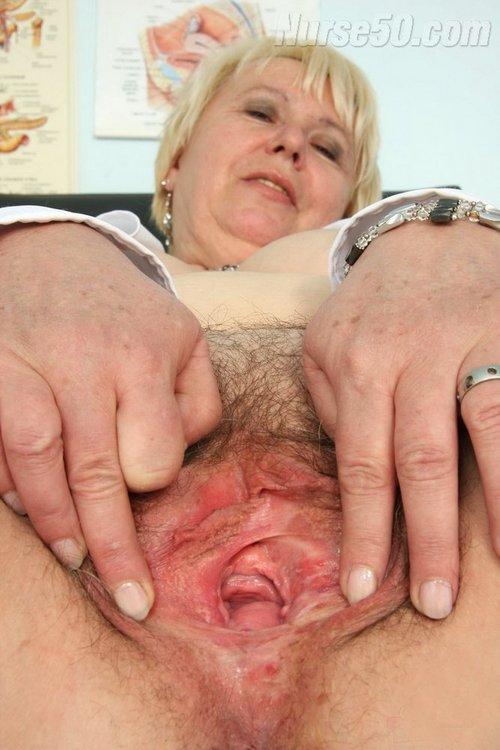 Reife Hausfrau und Krankenschwester Bozena in weißem Hemd und erotischen Strümpfen