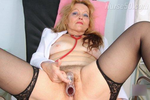 Reife Milf zieht sich ihre Uniform aus und zeigt haarige Vagina