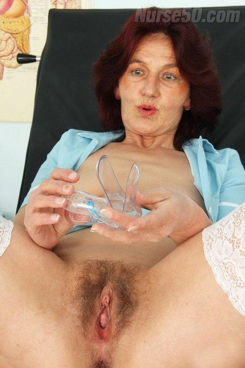 Reife Rothaarige Dame Linda fickt sich mit einem Dildo