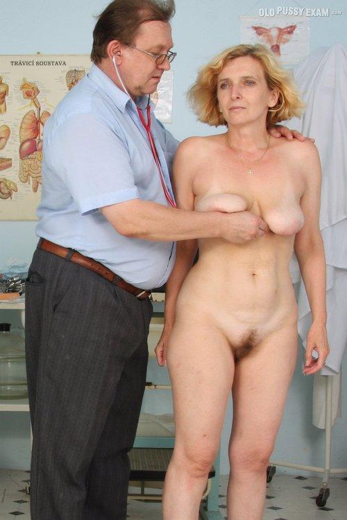Arzt nackt beim Ganz ausgezogen