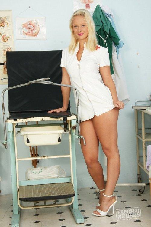 Sexy Krankenschwester zieht Uniform aus in Krankenzimmer