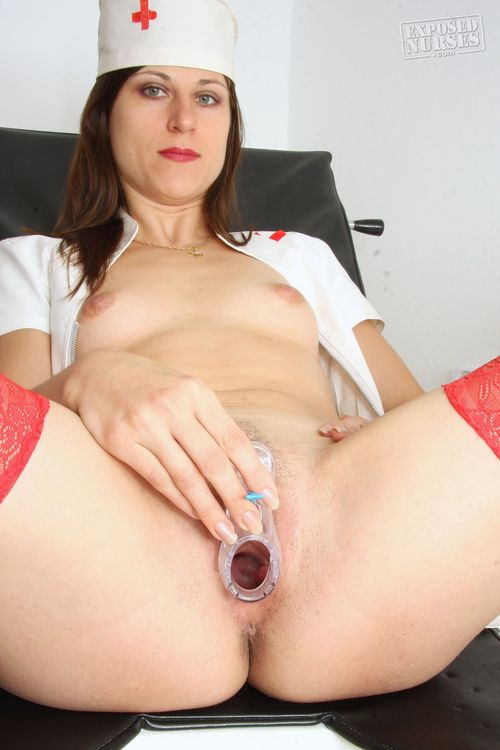 Sharfe Krankenschwester in Uniform und Red Stockings Zeigt Hairy Pussy