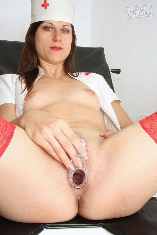 Sharfe Krankenschwester in Uniform und Red Stockings Zeigt Hairy Pussy